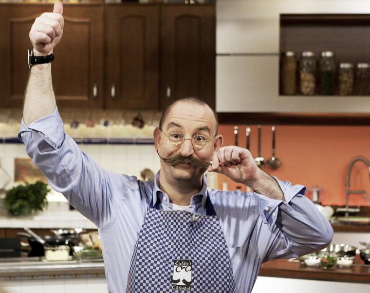 """Deutschlandweit bekannt wurde Horst Lichter durch die TV-Show """"Lanz kocht!"""". Mittlerweile hat er gemeinsam mit Johann Lafer die Sendung """"Lafer! Lichter! Lecker!"""" und ist auch als Juror und Moderator bei """"Die Küchenschlacht"""" zu sehen. Insegsamt hat der Koch mit dem markanten Bart bereits vier Kochbücher veröffentlicht."""