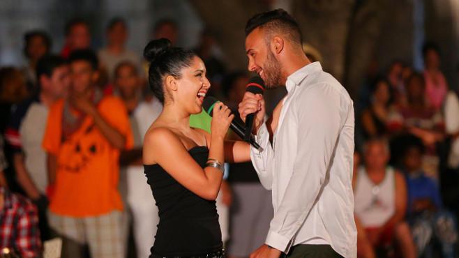"""Meltem Acikgöz und Angelo Bugday performen im Duett den Song """"I belong to you""""."""
