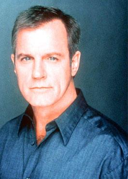 Stephen Collin spielte das Familienoberhaupt Reverend Eric Camden.
