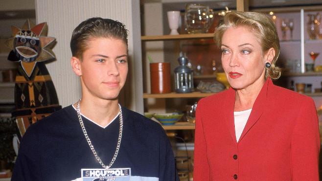 John Bachmann (Felix von Jascheroff) mit Elisabeth (Lisa Riecken)