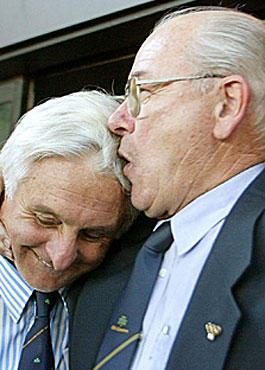 Links einer der Überlebenden - Roberto Canessa mit seinem damaligen Trainer