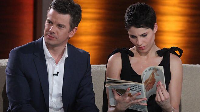 """... mal sitzt Jasmin Gerat neben ihm und blättert im """"Playboy""""."""