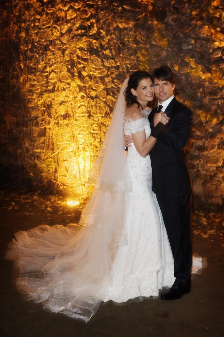 Nur zwei Monate nach dem sich Katie Holmes und Tom Cruise kennengelernt hatten, machte er ihr einen Antrag. Im November 2006 gaben sich die beiden das Ja-Wort.