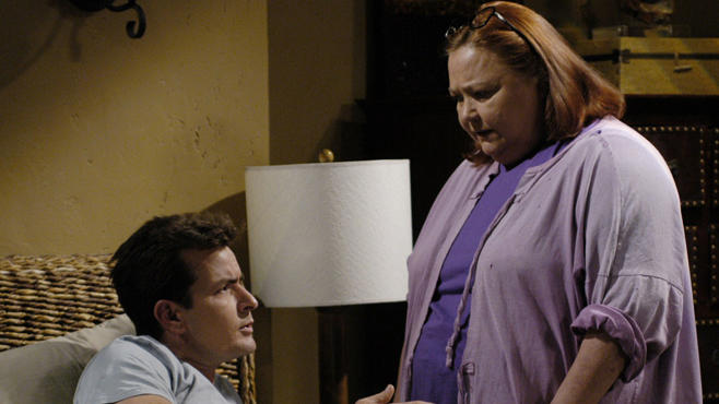 Conchata Ferrell Und Charlie Sheen Two And A Half Men So Cool