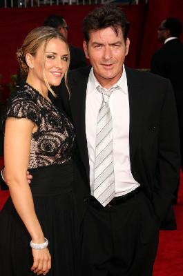 Charlie Sheen liebt Alkohol, Drogen und Stripperinnen, Immobilienmaklerin Brooke Mueller ein sauberes Heim und das Familienleben. 2011 kam die Scheidung.